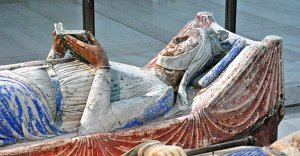 Tomb-Effigy-of-Eleanor-of-Aquitaine-in-the-church-of-Fontevraud-Abbey